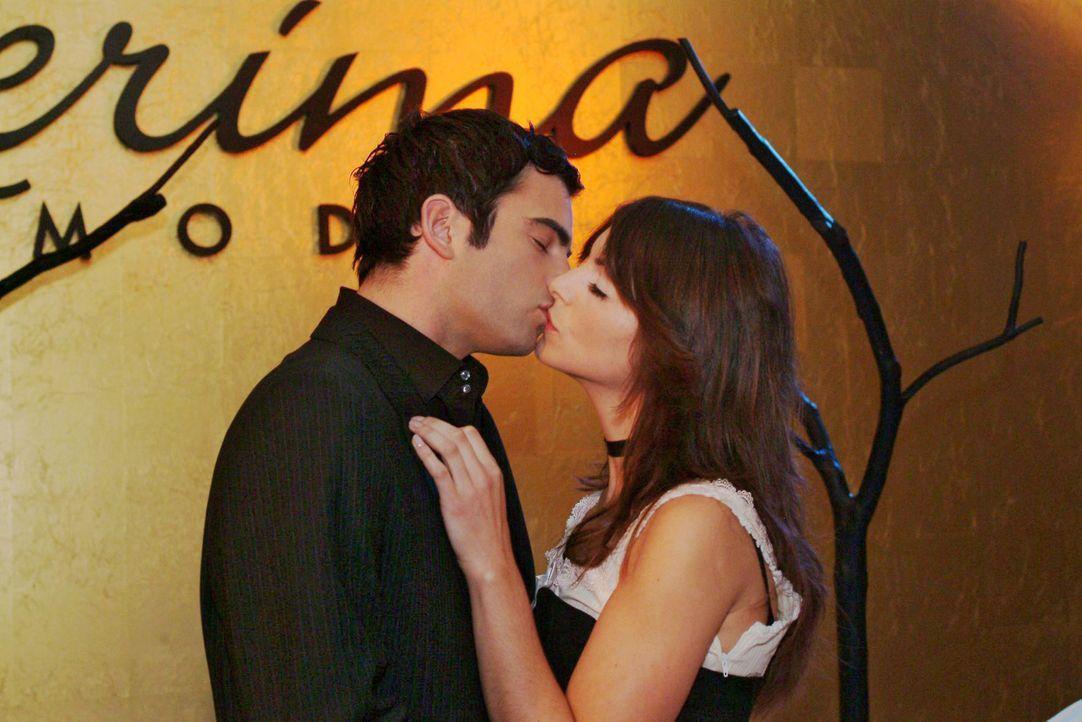 David (Mathis Künzler, l.) und Mariella (Bianca Hein, r.) küssen sich sehr innig nach der Vorführung. - Bildquelle: Monika Schürle SAT.1 / Monika Schürle