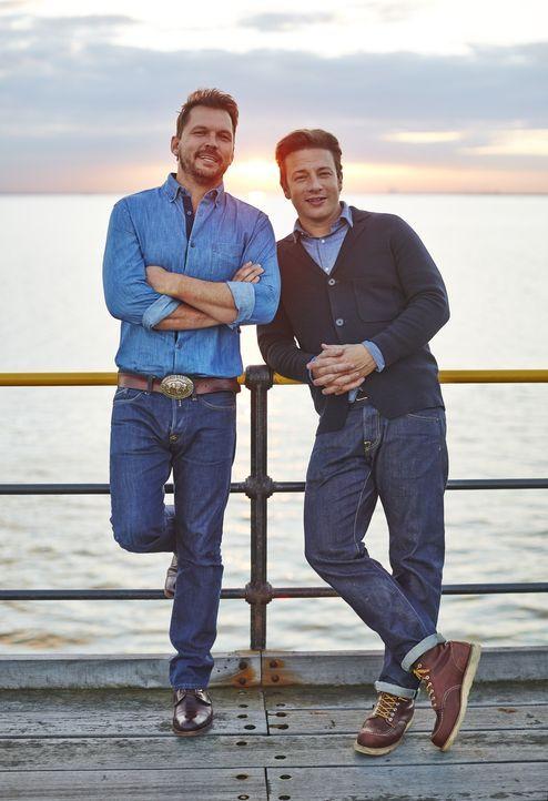 (4. Staffel) - Während Jamie Oliver (r.) mit Hilfe der bewährten Küchenutensilien spektakuläre Gerichte Zaubert, testet Jimmy Doherty (l.) gerne die...