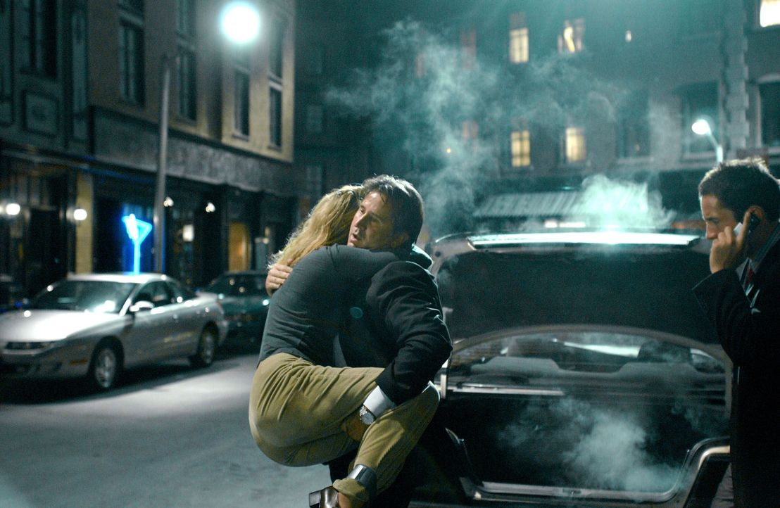 Jack Malone (Anthony LaPaglia, M.) konnte Schlimmeres verhindern und die entführte Doris (Claire Rankin, l.) aus dem Kofferraum befreien ... - Bildquelle: Warner Bros. Entertainment Inc.