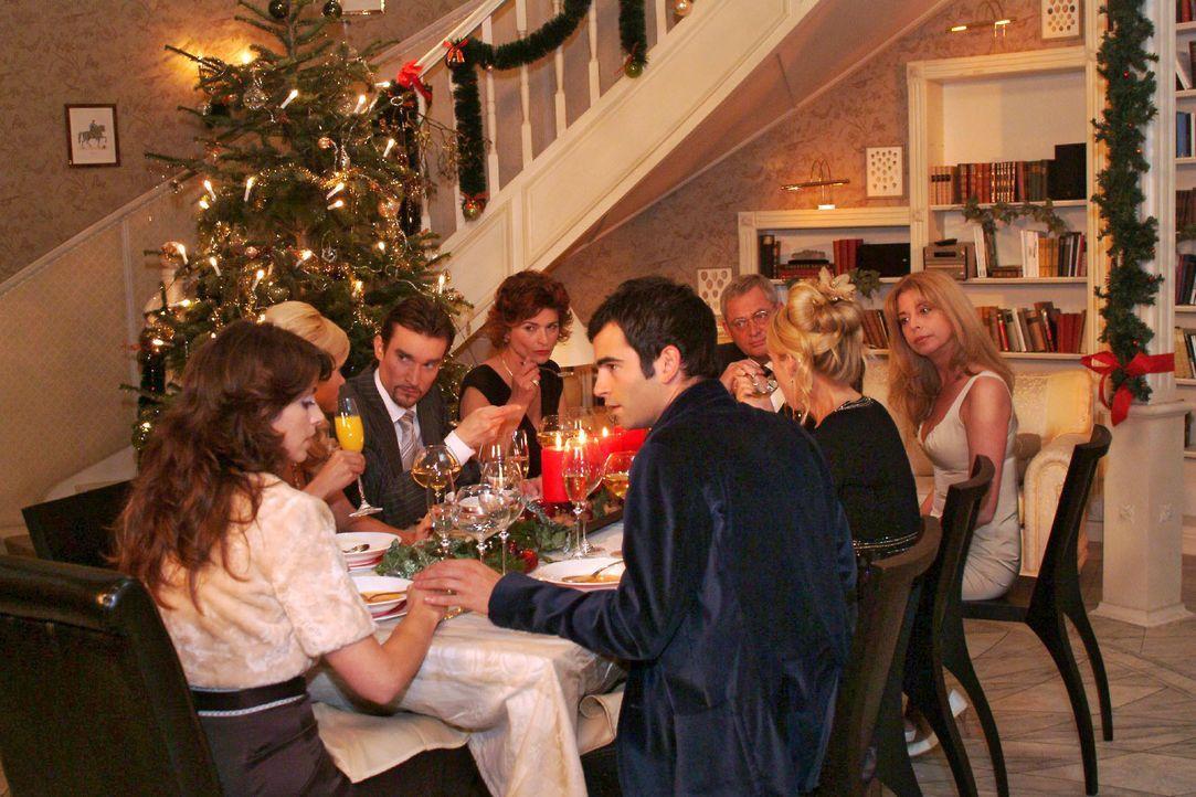 Auf der Familienweihnachtsfeier mit Sabrina (Nina-Friederike Gnädig), Richard (Karim Köster), Sophie (Gabrielle Scharnitzky), Friedrich (Wilhelm Man... - Bildquelle: Monika Schürle SAT.1 / Monika Schürle