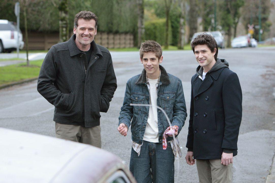 Die Freude ist groß, als Stephen (Bruce Thomas, l.) seinem Sohn Josh (Jean-Luc Bilodeau, M.) ein Auto schenkt. Kyle (Matt Dallas) staunt ebenfalls... - Bildquelle: TOUCHSTONE TELEVISION