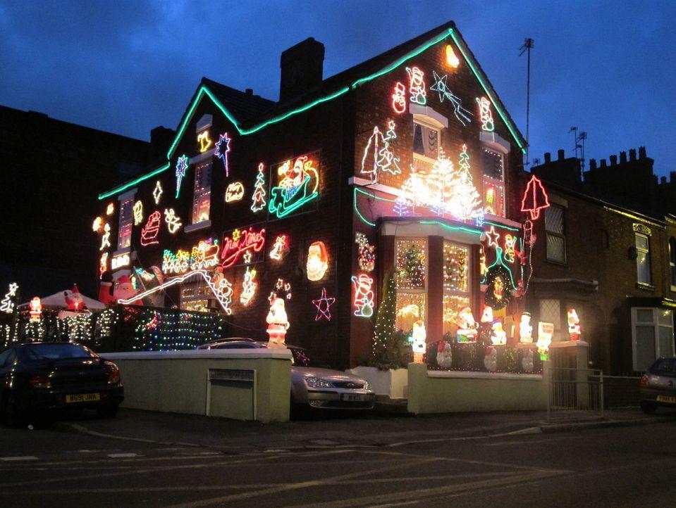 Vier Kandidaten begutachten gegenseitig ihre weihnachtlich geschmückten Häuser. Kitsch, Stilbrüche, Öko-Deko und Lichterketten - von allem ist etwas... - Bildquelle: ITV plc (ITV Global Entertainment Ltd)