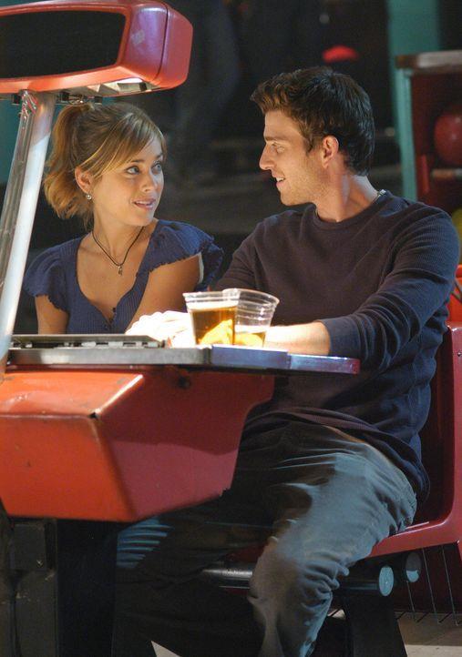 Nick (Bryan Greenberg, r.) legt für seinen Bruder ein gutes Wort ein, damit er beste Chancen bei Taylor (Jessica Stroup, l.) hat... - Bildquelle: ABC Studios