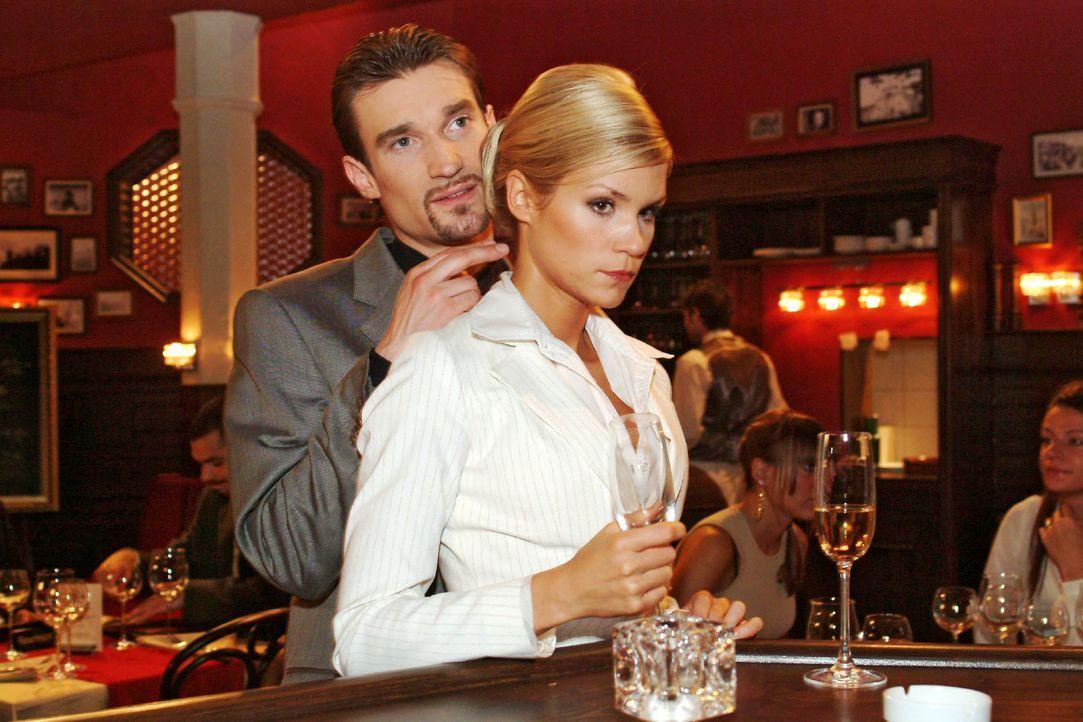 Richard (Karim Köster, l.) demonstriert Sabrina (Nina-Friederike Gnädig, r.) gegenüber seine Macht. - Bildquelle: Monika Schürle SAT.1 / Monika Schürle