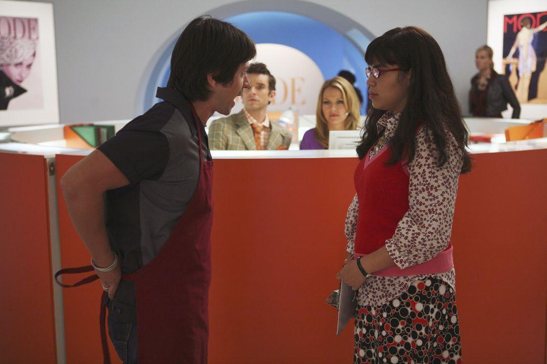 Betty (America Ferrera, r.) will die Kündigung von Giovanni (Freddy Rodriguez, l.), dem neuen Sandwichmann, zurücknehmen, doch nun will dieser parto... - Bildquelle: Buena Vista International Television