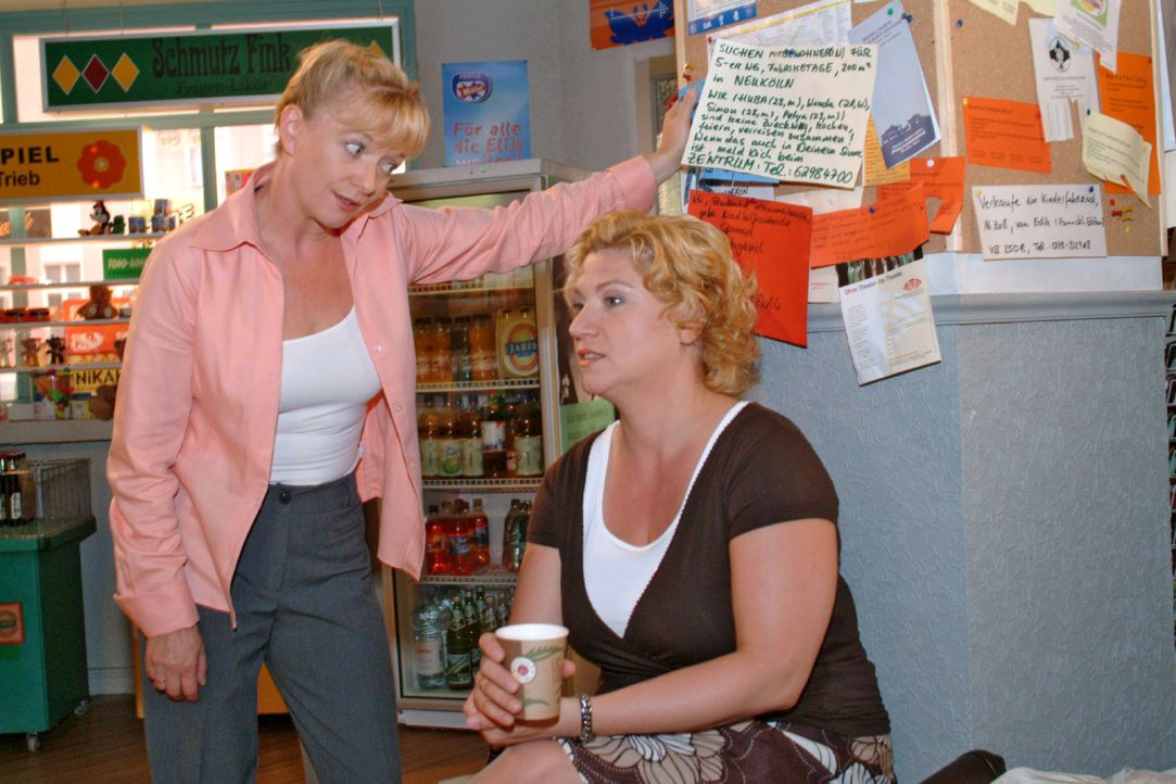Agnes (Susanne Szell, r.) klagt Helga (Ulrike Mai, l.) ihr Leid, das sie mit ihrem Assistenten Boris hat. - Bildquelle: Monika Schürle SAT.1 / Monika Schürle