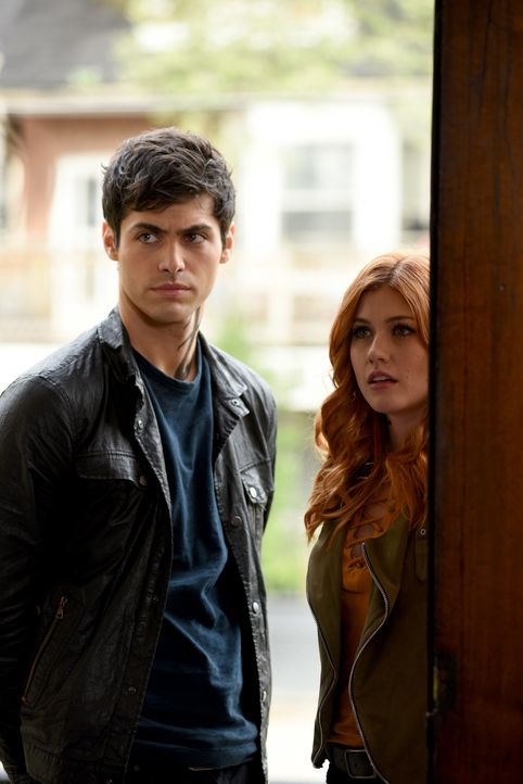 Alec Lightwood (Matthew Daddario, l.); Clary Fray (Katherine McNamara, r.) - Bildquelle: John Medland 2016 Disney Enterprises, Inc. All rights reserved. / John Medland