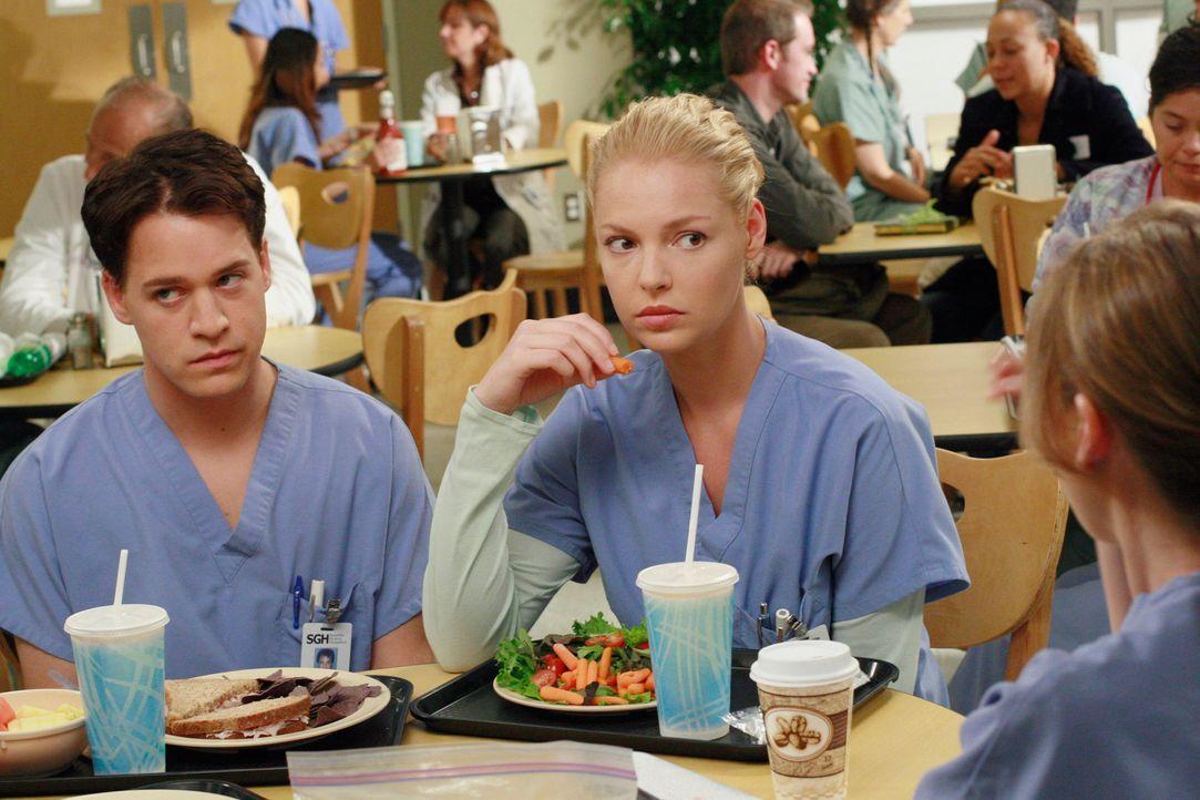 George (T.R. Knight, l.) und Izzie (Katherine Heigl, r.) überstehen ihren  ersten Tag im Krankenhaus, nachdem Callie allen erzählt hat, dass Georg... - Bildquelle: Touchstone Television