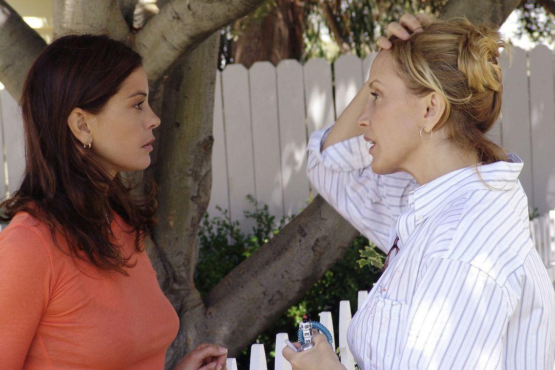 Nachdem Susan (Teri Hatcher, l.), Lynette (Felicity Huffman, r.), Gabrielle und Bree den Brief mit der Drohung entdeckt haben, den Mary Alice an ihr... - Bildquelle: Touchstone Pictures