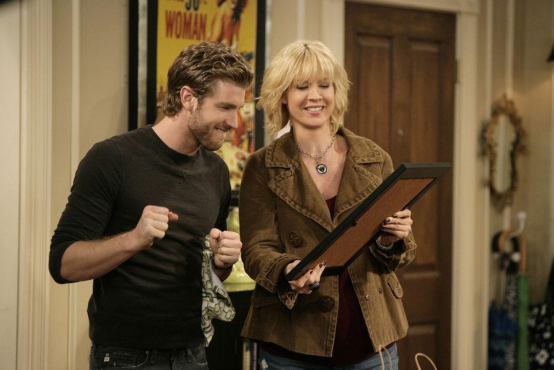 Billie (Jenna Elfman, r.) zeigt Zack (Jon Foster, l.) stolz die Titelseite, die sie erstellt hat ... - Bildquelle: 2009 CBS Broadcasting Inc. All Rights Reserved