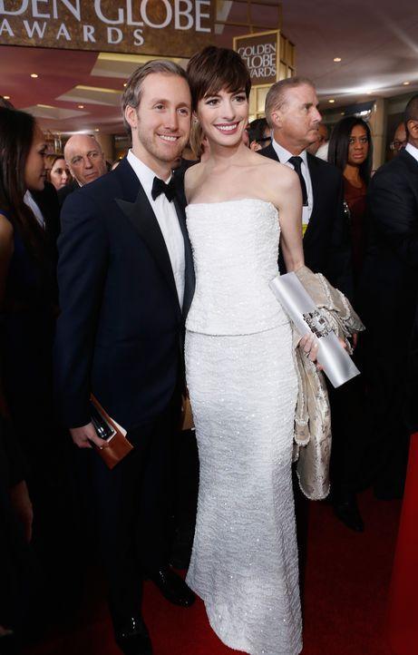 Anne Hathaway mit Ehemann Adam Shulman bei den Golden Globes 2013 - Bildquelle: AFP