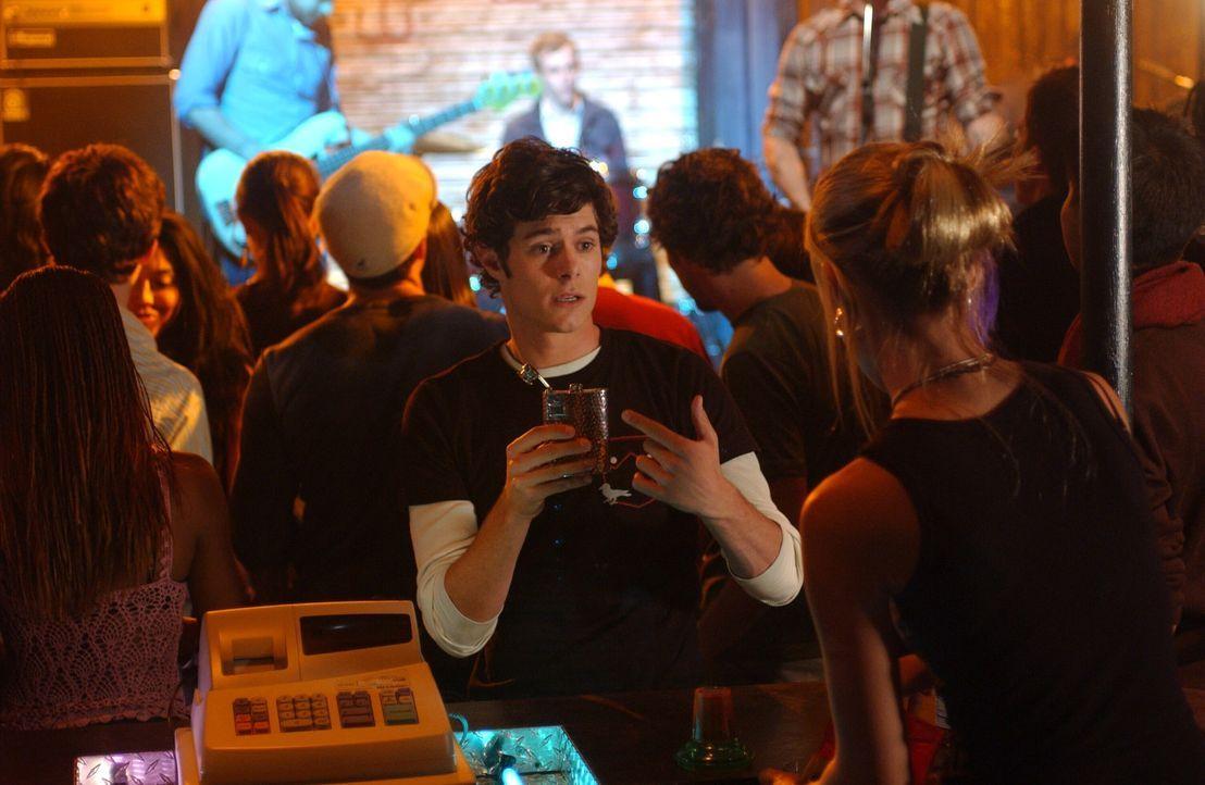 Seth (Adam Brody) versucht sich als Bad Boy, weil er Alex imponieren will, doch das geht natürlich schief ... - Bildquelle: Warner Bros. Television