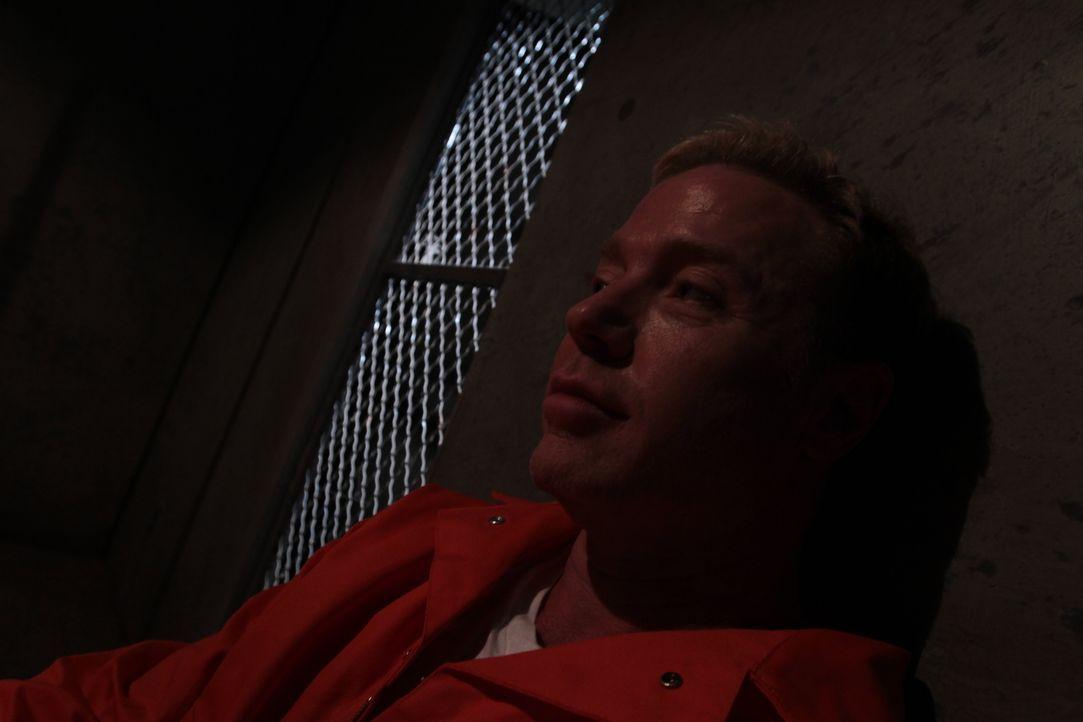 Im Jahr 2005 sitzt der erwachsene Jon Benson (Foto) bereits im Gefängnis von Scottsdale. 26 Jahre nach dem Tod des 14-jährigen Schülers Greg Holmann... - Bildquelle: LMNO Cable Group
