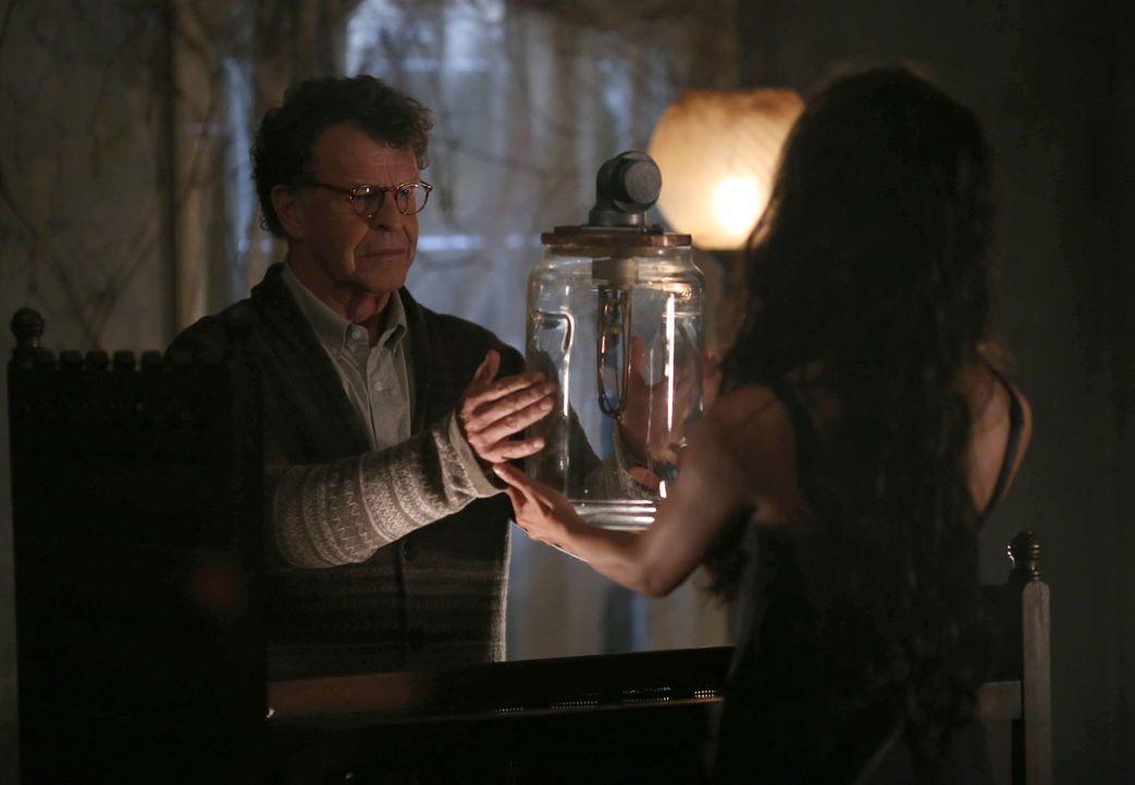 Um endlich ans Ziel zu kommen, erschafft Henry (John Noble) mit Lilith (Caroline Ford, r.) einen besonders heimtückischen Dämon ... - Bildquelle: 2014 Fox and its related entities. All rights reserved