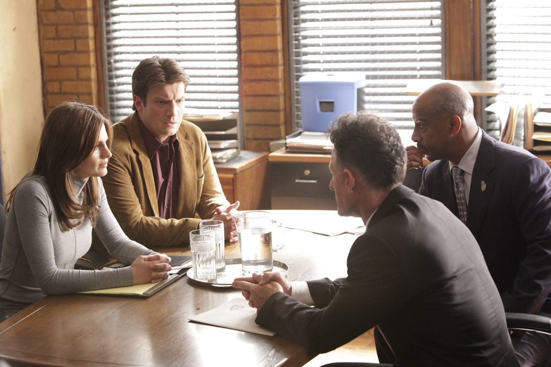 Ein Agent der Regierung (Lyle Lovett, 2.v.r.) mischt sich plötzlich in die Arbeit von Kate Beckett (Stana Katic, l.), Richard Castle (Nathan Fillion... - Bildquelle: 2010 American Broadcasting Companies, Inc. All rights reserved.