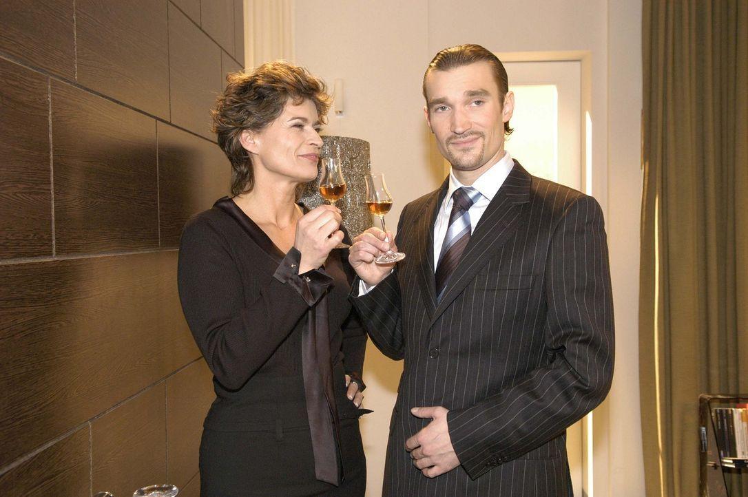 Sophie von Brahmberg (Gabrielle Scharnitzky, l.) und Richard (Karim Köster, r.) stoßen darauf an, dass ihr Plan, Mariella und David auseinander zu... - Bildquelle: Sat.1