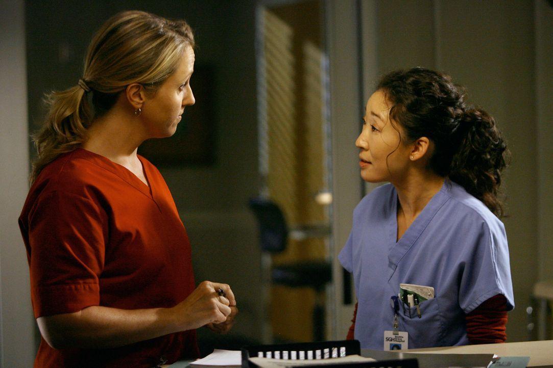 Cristina (Sandra Oh, r.) legt sich mit Dr. Hahn (Brooke Smith, l.) an und erfährt kurz darauf, dass diese nun die neue Leiterin der Herzchirurgie a... - Bildquelle: Touchstone Television
