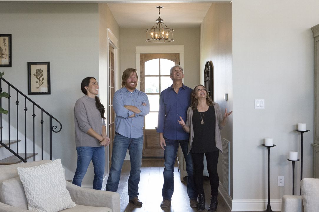Chip (2.v.l.) und Joanna (l.) zeigen dem Ehepaar Dale (2.v.r.) und Nancy Pahmiyer (r.) endlich ihr fertiges Traumhaus und sie können ihr Glück kaum... - Bildquelle: Jennifer Boomer 2017, HGTV/Scripps Networks, LLC. All Rights Reserved.