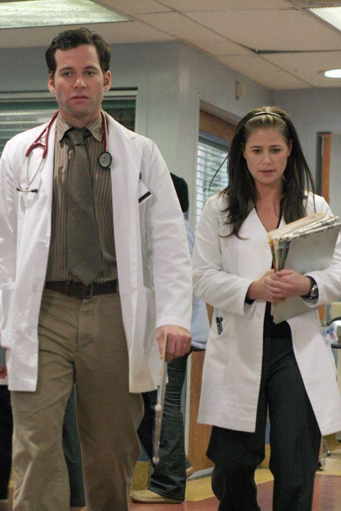 Während einer Operation, die Abby (Maura Tierney, r.) gemeinsam mit Jake (Eion Bailey, l.) durchführt, sind die sexuellen Spannungen der beiden nich... - Bildquelle: WARNER BROS