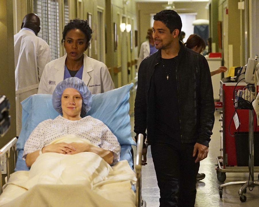 Stephanie (Jerrika Hinton, hinten) kümmert sich um ihre Patientin Sheila (Nina Rausch, l.), während Kyle (Wilmer Valderrama, r.) hofft, ein Date mit... - Bildquelle: Richard Cartwright ABC Studios