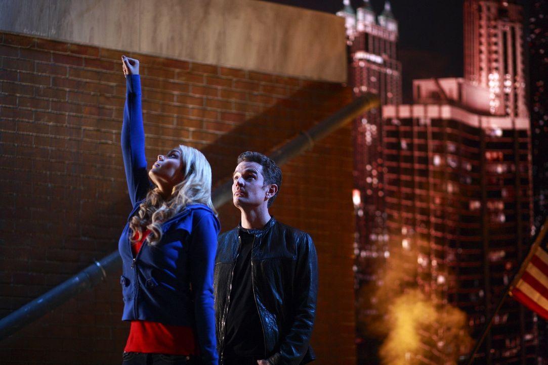 Selbst zu zweit haben Kara (Laura Vandervoort, l.) und Clark keine Chance gegen Brainic (James Masters, r.) ... - Bildquelle: Warner Bros.