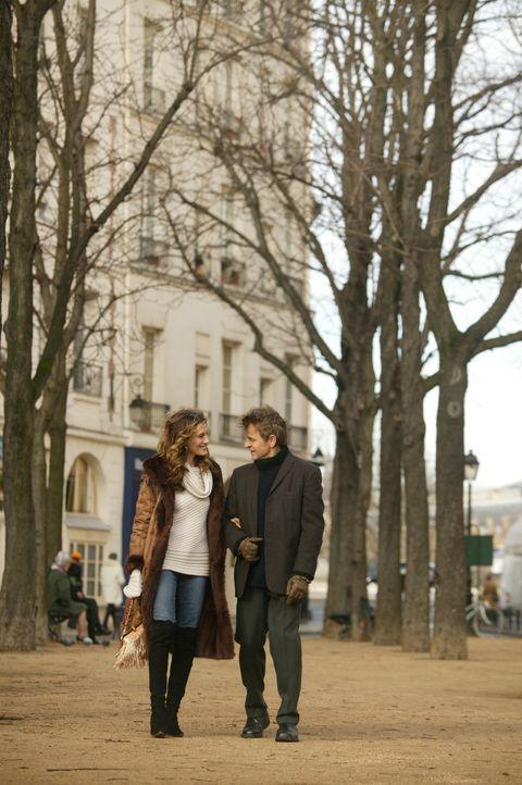 Bei einem Essen mit Aleksandrs (Mikhail Baryshnikov, r.) Ex-Frau erfährt Carrie (Sarah Jessica Parker, l.) den Trennungsgrund ... - Bildquelle: Paramount Pictures