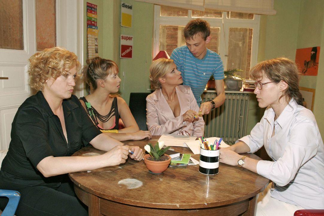 Lisas (Alexandra Neldel, r.), Agnes' (Susanne Szell, l.) und Hannahs (Laura Osswald, 2.v.l.) Plan scheint aufzugehen, als Jürgen (Oliver Bokern, 2.... - Bildquelle: Sat.1