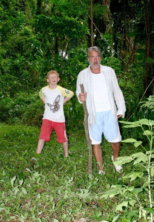 Christian (Christoph M. Ohrt, r.) und Max (Sebastian Husak, l.) machen sich auf, die Insel zu erkunden. Sie finden ein abgestürztes Flugzeug und ei... - Bildquelle: Sat.1