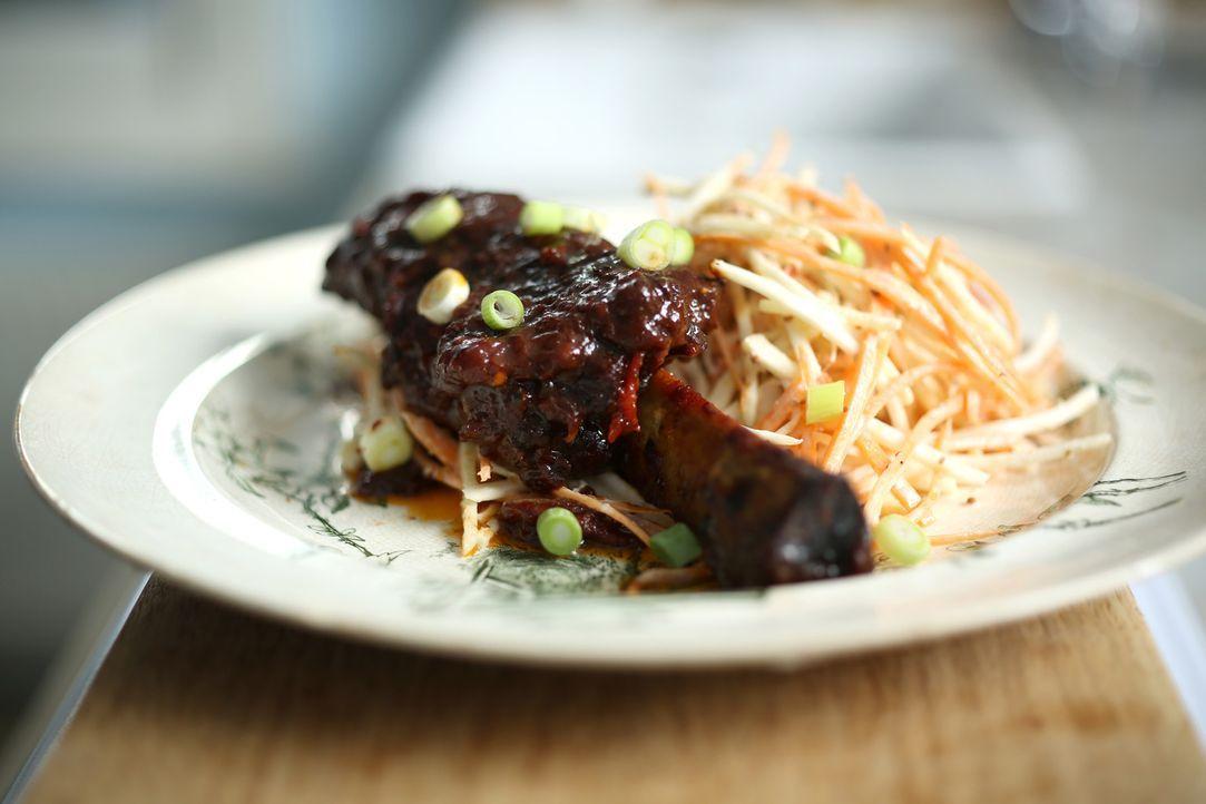 Guten Appetit: Rinderrippe mit Krautsalat ... - Bildquelle: Richard Hill BBC 2013