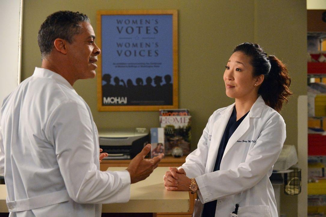 Dr. Christina Yang (Sandra Oh, r.) teilt Dr. Russell (Dominic Hoffman, l.) mit, dass sein Etat gekürzt werden soll. Russel ist darüber alles andere... - Bildquelle: ABC Studios