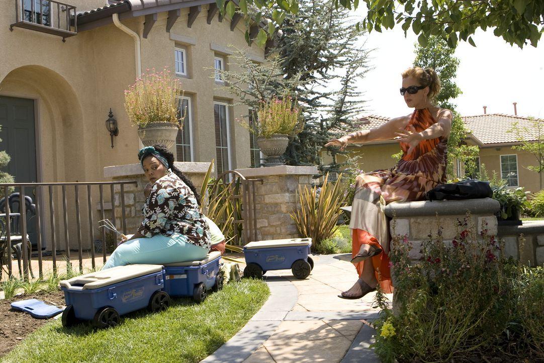 Bereits nach kurzer Zeit freunden sich Celia (Elizabeth Perkins, r.) und Heylia (Tonye Patano, l.) an ... - Bildquelle: Lions Gate Television