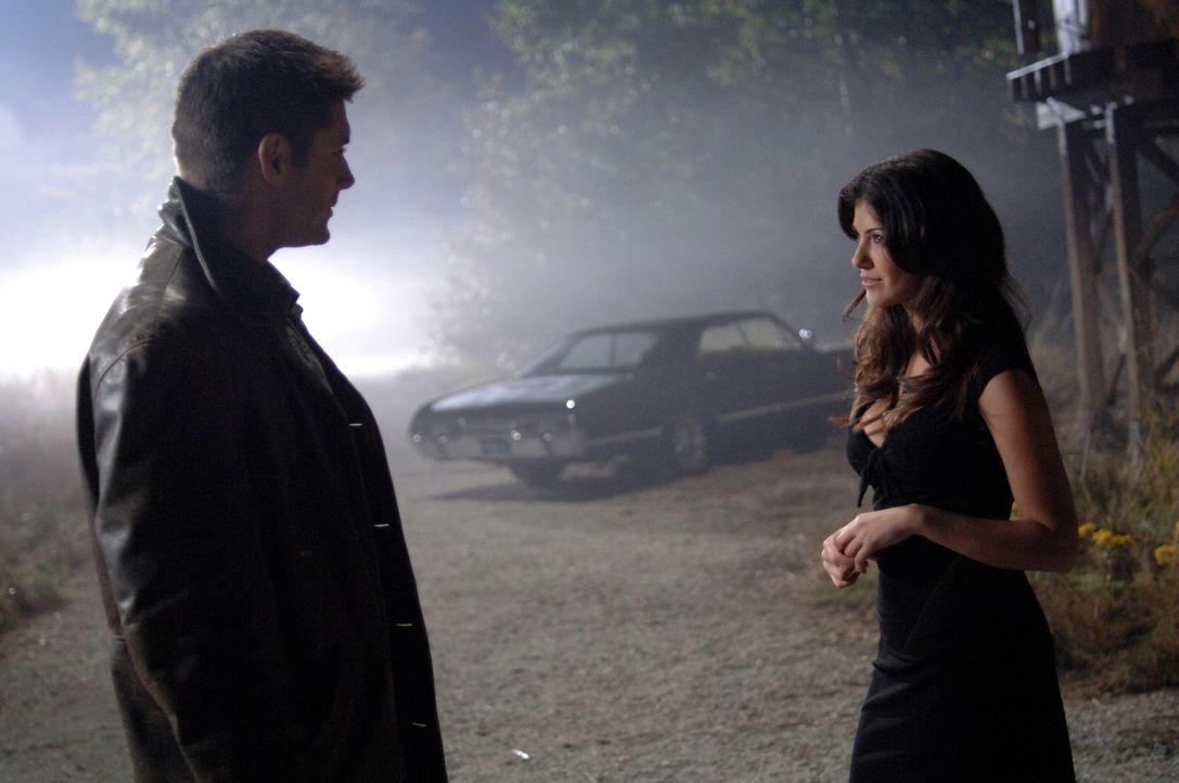 Dean (Jensen Ackles, l.) versucht alles, der Dämonin (Jeanette Sousa, r.) eine Falle zu stellen ... - Bildquelle: Warner Bros. Television