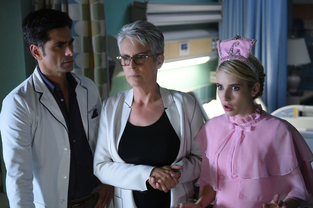 Als viele neue Patienten ins Krankenhaus eingeliefert werden, müssen Brock (John Stamos, l.), Munsch (Jamie Lee Curtis, M.) und Chanel (Emma Roberts... - Bildquelle: 2016 Fox and its related entities.  All rights reserved.