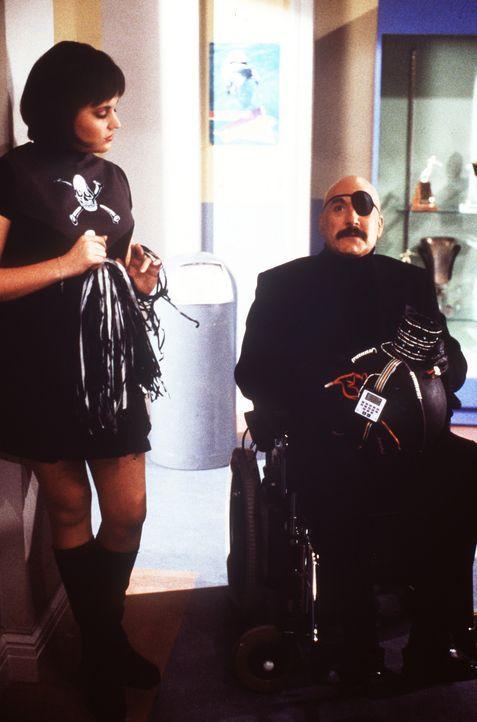 Sabrina schreibt eine Art James Bond-Spionagegeschichte: Libby (Jenna Leigh Green, l.) und Mr. Kraft (Martin Mull, r.) spielen mit. - Bildquelle: Paramount Pictures