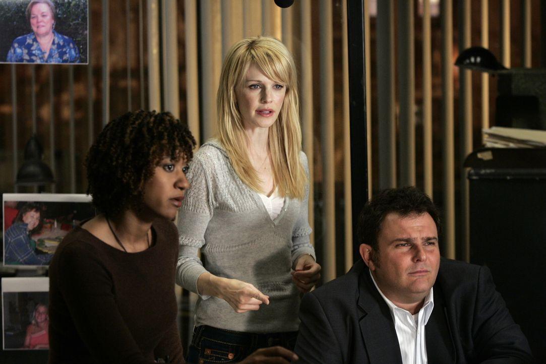 Lilly Rush (Kathryn Morris, M.) öffnet gemeinsam mit ihren Kollegen Kat Miller (Tracie Thoms, l.) und Nick (Jeremy Ratchford, r.), erneut die Akten... - Bildquelle: Warner Bros. Television