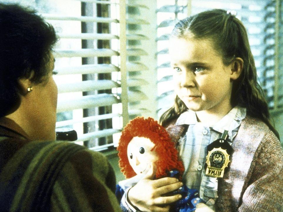 Die 7-jährige Cary (Natalie Gregory, r.) ist sexuell missbraucht worden. Lacey (Tyne Daly) versucht, von ihr Einzelheiten zu erfahren. - Bildquelle: ORION PICTURES CORPORATION. ALL RIGHTS RESERVED.