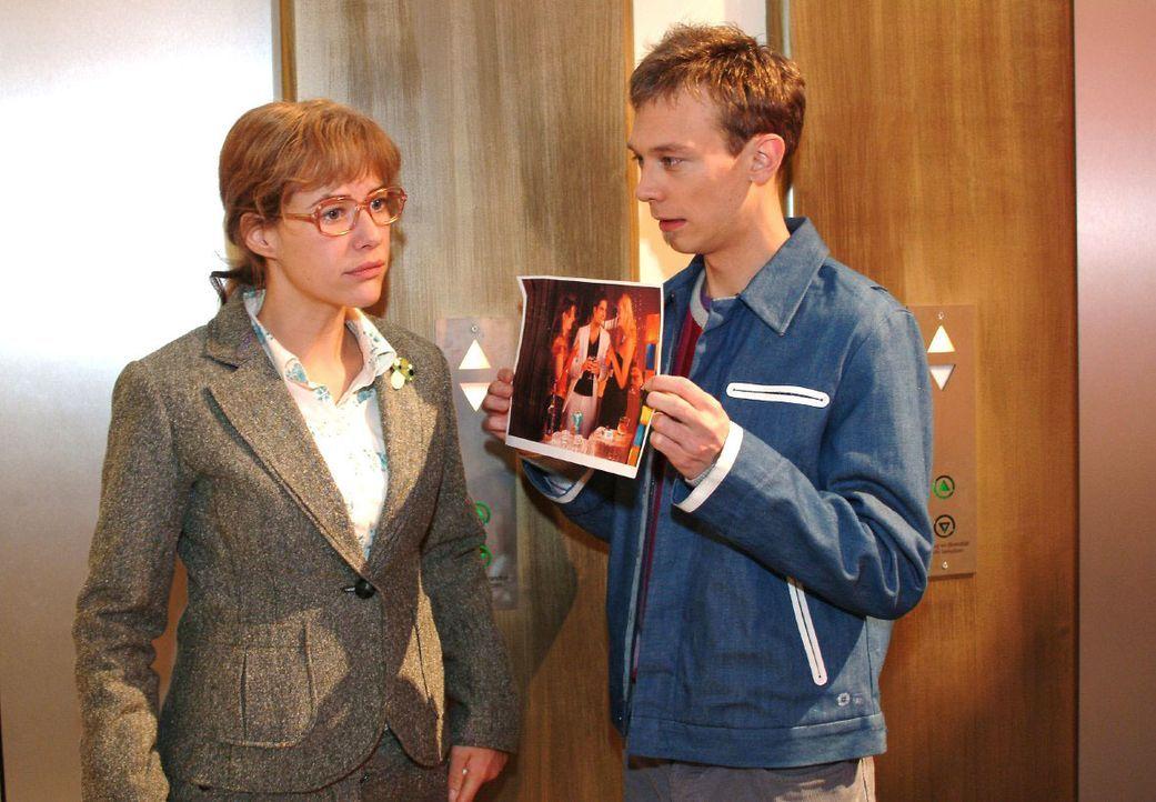 Lisa (Alexandra Neldel, l.) ist immer noch davon überzeugt, dass David etwas Schreckliches zugestoßen ist - bis Jürgen (Oliver Bokern, r.) ihr ein F... - Bildquelle: Monika Schürle SAT.1 / Monika Schürle