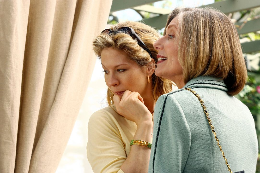 Nora und Kitty treffen zufällig ihre alten Freunde Lizzie Jones-Baker (Jenna Elfman, l.) und Miranda (Susan Sullivan, r.), mit denen die Familie frü... - Bildquelle: Disney - ABC International Television