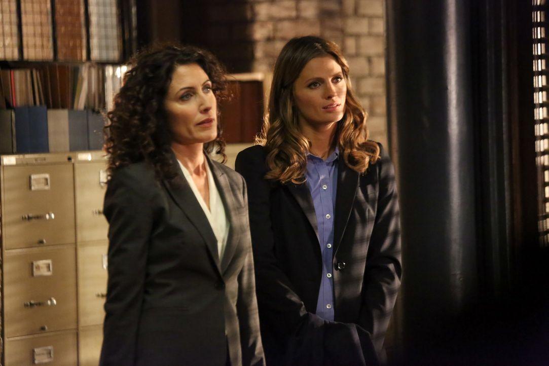 Ehe sich das New Yorker Team versieht, übernehmen Rachel McCord (Lisa Edelstein, l.) und Kate Beckett (Stana Katic, r.) ihren aktuellen Fall ... - Bildquelle: ABC Studios