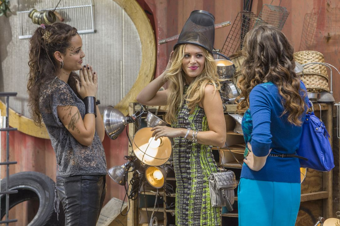 Der Jahrestag des Raumschiffabsturzes steht bevor und eine neue Idee soll Teri (Chelsea Gilligan, l.), Taylor (Natalie Hall, M.), Zoe (Dora Madison... - Bildquelle: 2014 The CW Network, LLC. All rights reserved.