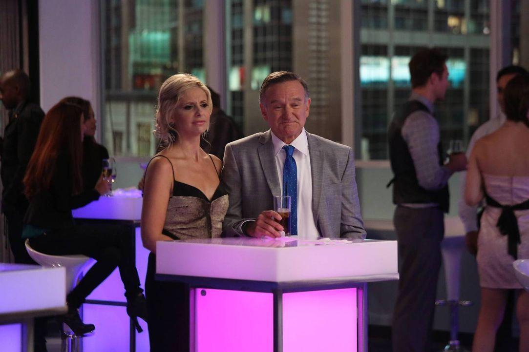 """Als Simon (Robin Williams, r.) als """"Werber des Jahres"""" nominiert wird, ist Sydney (Sarah Michelle Gellar, l.) völlig überrascht von der Tatsache, da... - Bildquelle: 2013 Twentieth Century Fox Film Corporation. All rights reserved."""
