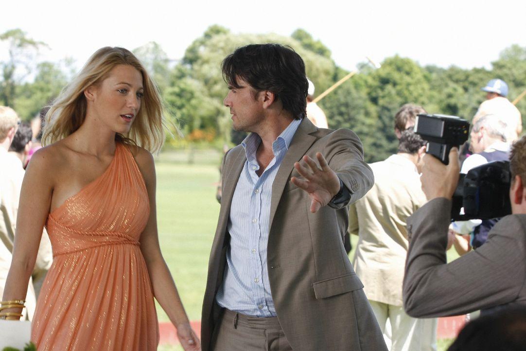 Obwohl Rufus (Matthew Settle, r.) den ganzen Rummel um Serenas (Blake Lively, l.) Person nicht versteht, versucht er doch, sie vor den Paparazzi zu... - Bildquelle: Warner Brothers