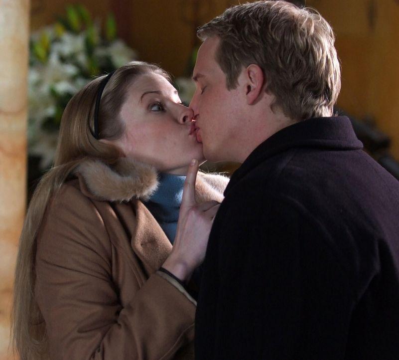 Ein halbes Jahr nach ihrer Hochzeit machen sich Prinz Edvard (Chris Geere, r.) und Prinzessin Paige von Dänemark (Kam Henskin, l.) auf in die lang... - Bildquelle: Nu Image Films