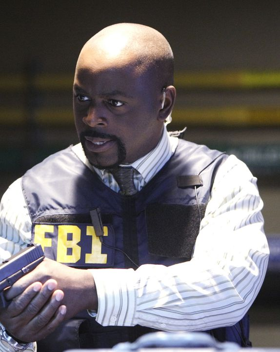 Bei seiner Festnahme am CalSci unterläuft dem FBI ein Fehler. Josh kann fliehen, schießt dabei Professor Varma, einen Tierforscher an und nimmt ihn... - Bildquelle: Paramount Network Television