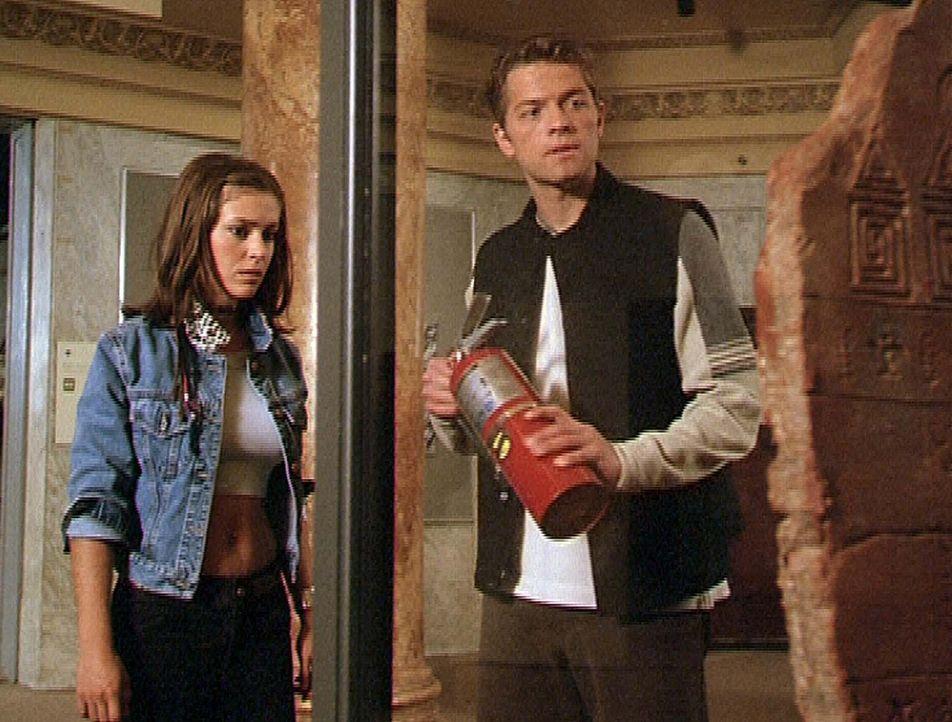 Phoebe (Alyssa Milano, l.) ist nicht gerade begeistert von Erics (Misha Collins, r.) Plan, die alte Schrifttafel zu zerstören. - Bildquelle: Paramount Pictures