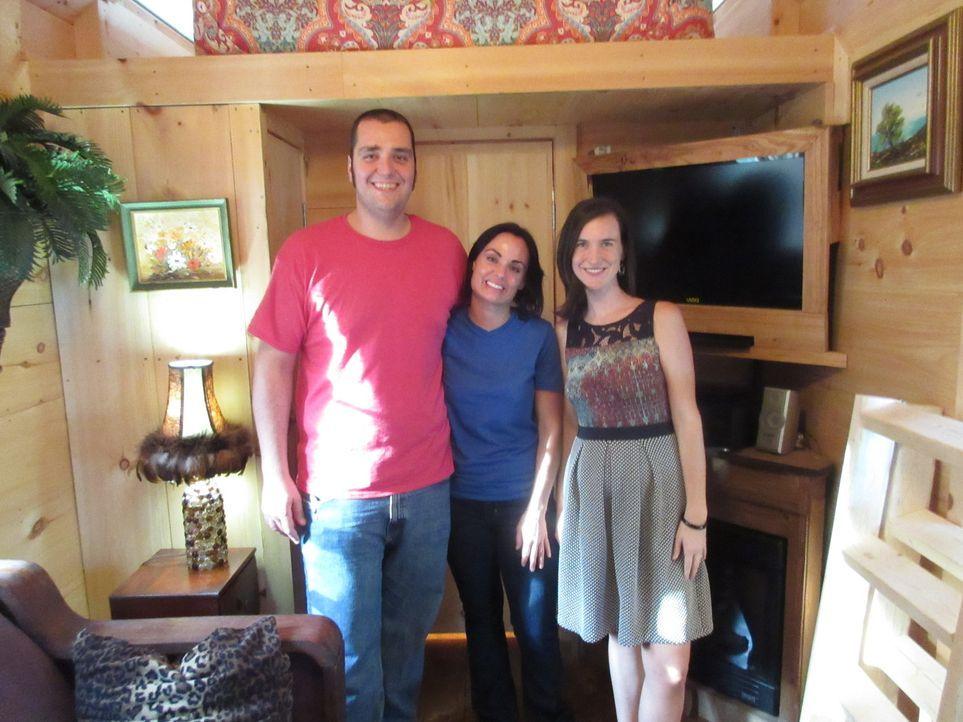 Seitdem ihre Kinder aus dem Haus sind, möchte sich die Feuerwehrfrau Nicki (M.) zusammen mit ihrem Freund Tudor (l.) von 223m² auf 30m² verkleinern.... - Bildquelle: 2014, HGTV/Scripps Networks, LLC. All Rights Reserved