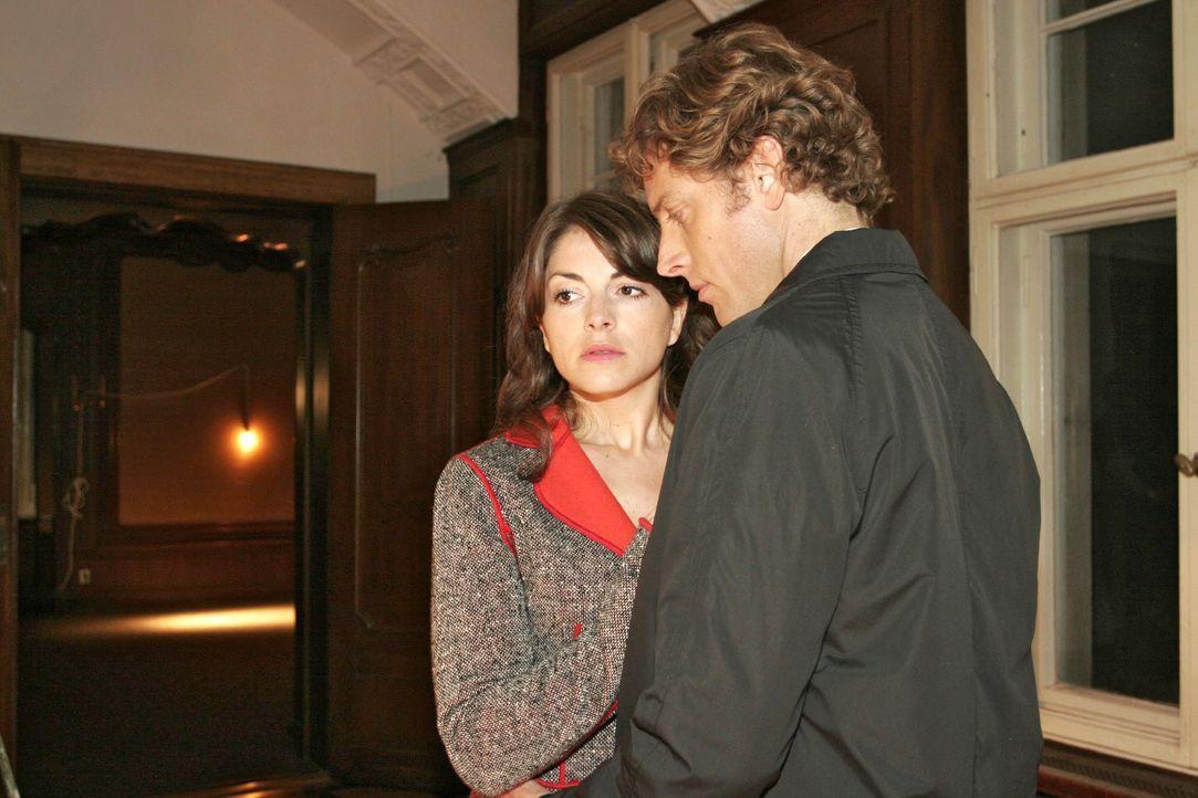 Mariella (Bianca Hein, l.) versucht sich Lars' (Clayton M. Nemrow, r.) Anziehungskraft zu entziehen... - Bildquelle: Noreen Flynn SAT.1 / Noreen Flynn