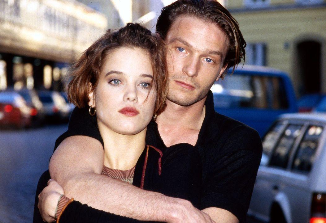 Hanna (Muriel Burmeister, l.) kehrt mit ihrer großen Liebe Michael Haenning (Thomas Kretschmann, r.) aus den USA zurück. Die beiden haben Hals üb... - Bildquelle: Sat.1/Zinner