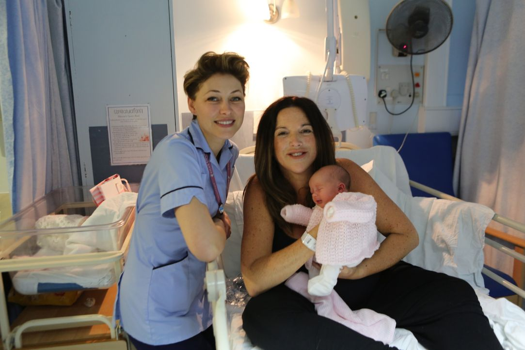 (v.l.n.r.) Emma Willis; Tara; Baby Florence - Bildquelle: Luis Mengo All rights reserved.