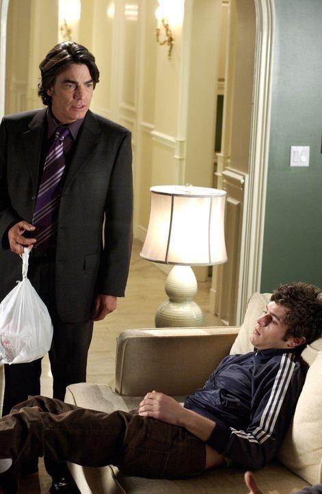 Seth (Adam Brody, r.) leidet seit dem San Diego Debakel unübersehbar vor sich hin. Alle Aufmunterungsversuche und guten Ratschläge von Sandy (Pete... - Bildquelle: Warner Bros. Television